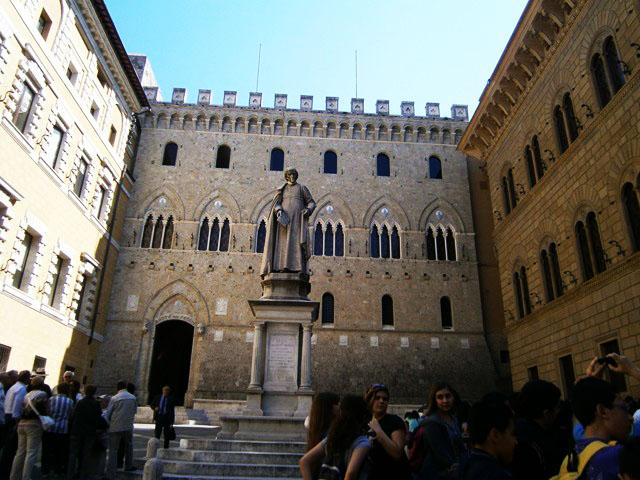 piazza-salimbeni-siena