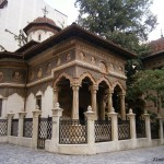 Clipe liniştite în curtea bisericii Stavropoleos din Bucureşti