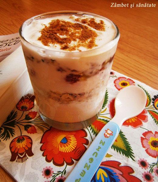 iaurt-cu-seminte-miere-si-zmeura