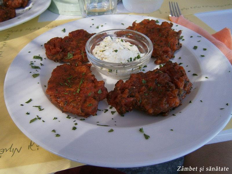 chiftele-de-rosii-santorini-grecia