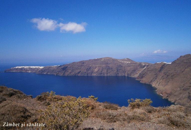 vedere-spre-oia-nordul-insulei-santorini
