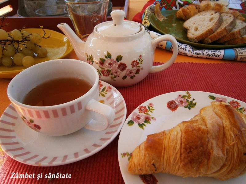 mic-dejun-cu-ceai-si-croissant