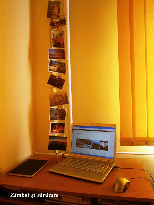 birou-decorat-cu-carti-postale.