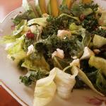 Reţetă: Salată de kale cu brânză de capră şi goji