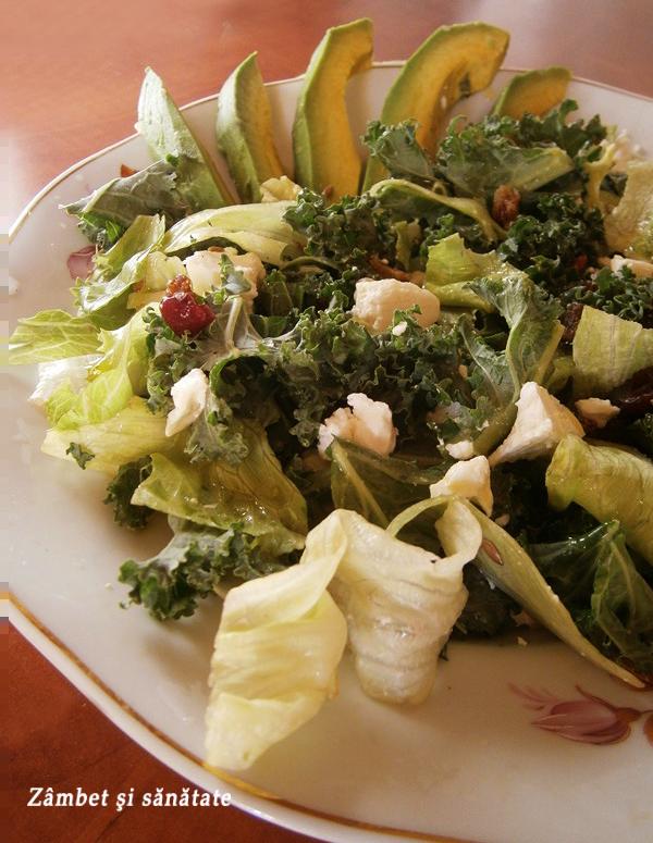 salata-de-kale-avocado-branza-mix-de-seminte
