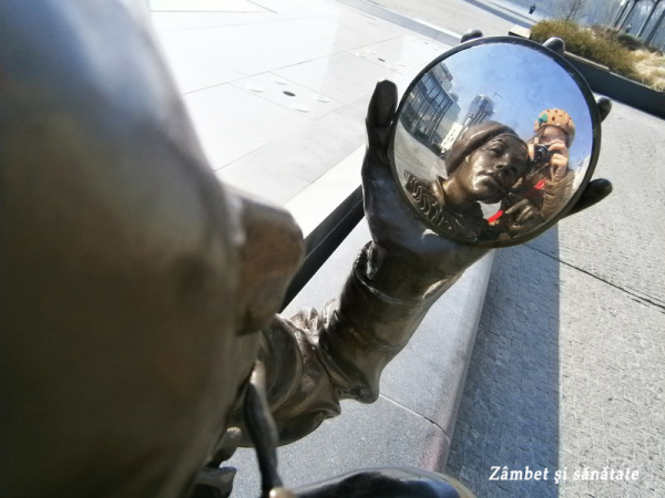 bratislava-statuie-arlechin-oglinda-eurovea
