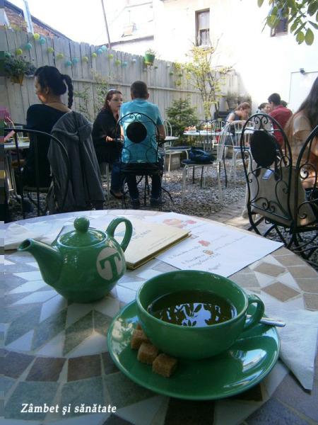 ceainaria-la-un-ceai-terasa-clatite