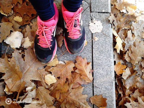 alergare-de-toamna-cu-frunze